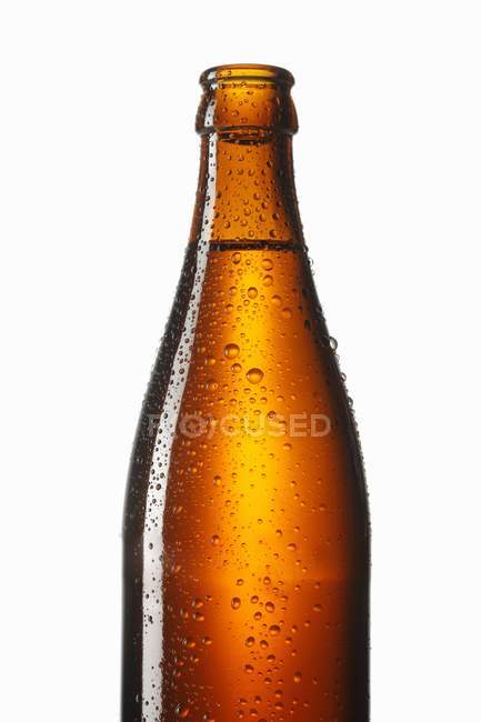 Garrafa de cerveja com gotas de água — Fotografia de Stock