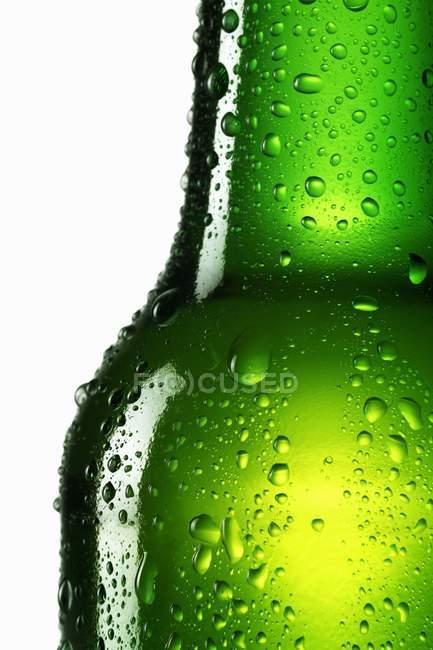 Bouteille verte de bière — Photo de stock