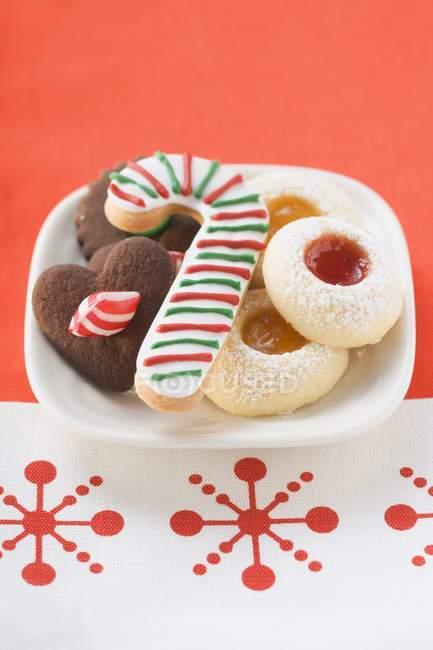 Рождественское печенье на плите — стоковое фото