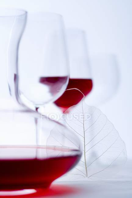 Стакан красного вина и графин — стоковое фото