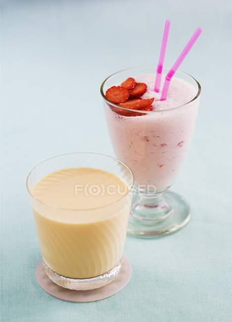 Strawberry smoothie and peach yogurt drink — Stock Photo