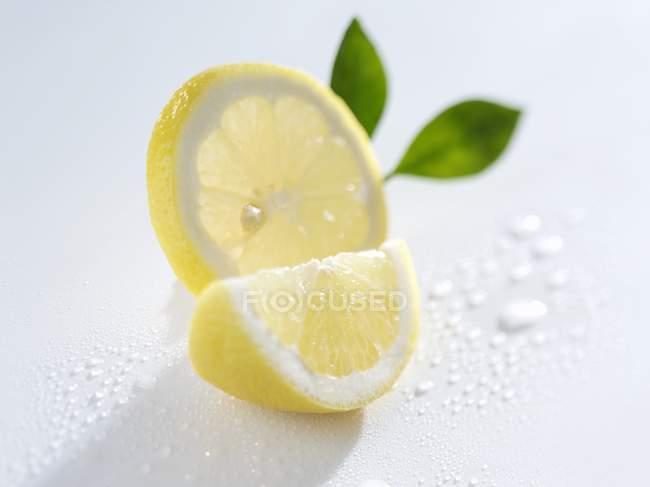 Scheibe und Zitronenkeil — Stockfoto