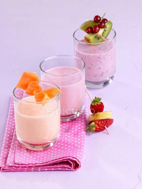 Verschiedene Milchshakes in Gläser auf Tisch — Stockfoto