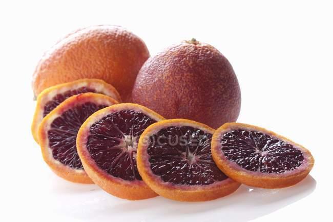 Нарезанные кровавые апельсины — стоковое фото