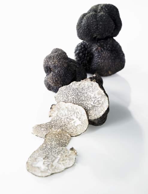 Чорний трюфелі, цілий і частково — стокове фото