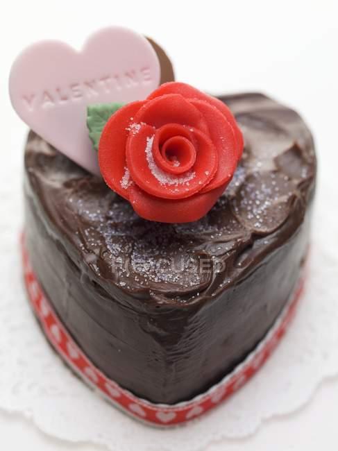 Шоколадный торт в форме сердца — стоковое фото