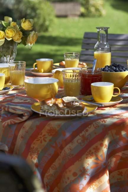 Desayuno con zumo de naranja, repostería y mermelada - foto de stock