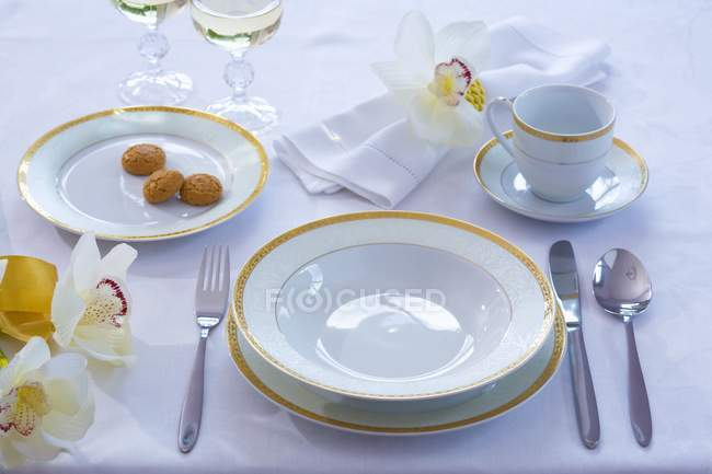 Elevated view of place setting with flowers — Stock Photo