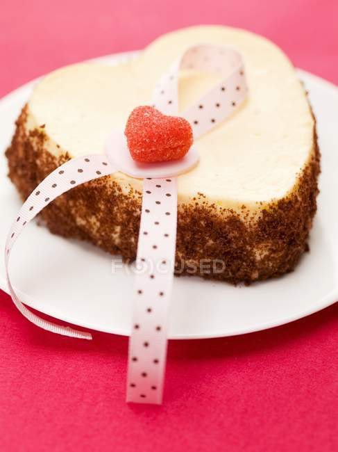 Heart-shaped cheesecake — Stock Photo