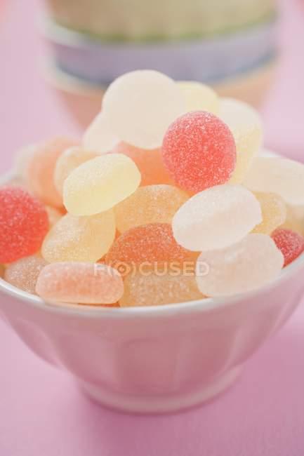 Dulces de jalea en cuenco rosa - foto de stock