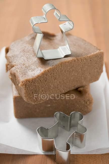 Cortadores e massa de pão de gengibre — Fotografia de Stock