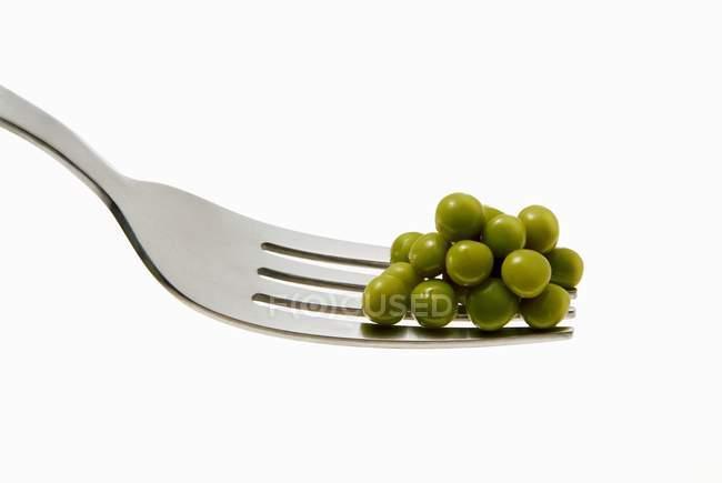 Ervilhas frescas em garfo — Fotografia de Stock
