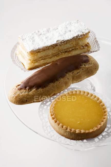 Rebanada de natillas con tarta religiosa y limón - foto de stock