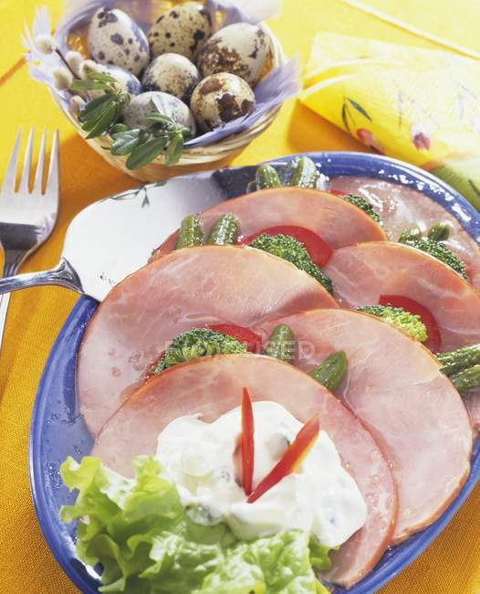 Platte mit Schinken mit Gemüse — Stockfoto