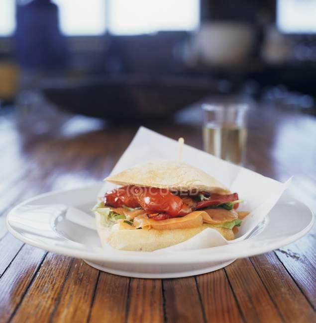 Копченый лосось и красный перец сэндвич — стоковое фото