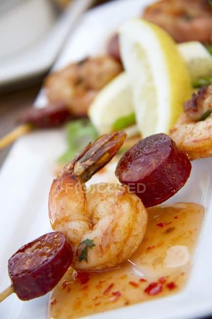 Vue de brochette de Chorizo et les crevettes avec sauce aigre-douce — Photo de stock