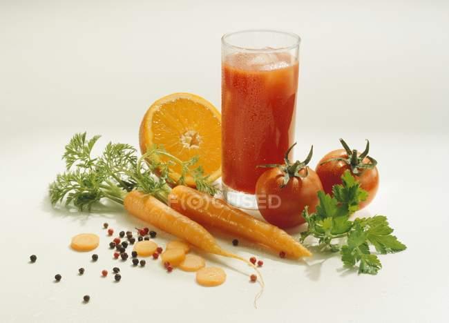 Jugo de verduras con ingredientes - foto de stock