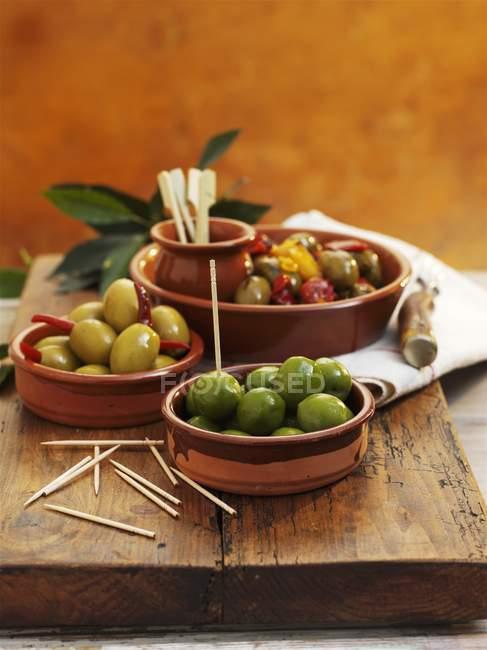 Оливки в чаші — стокове фото