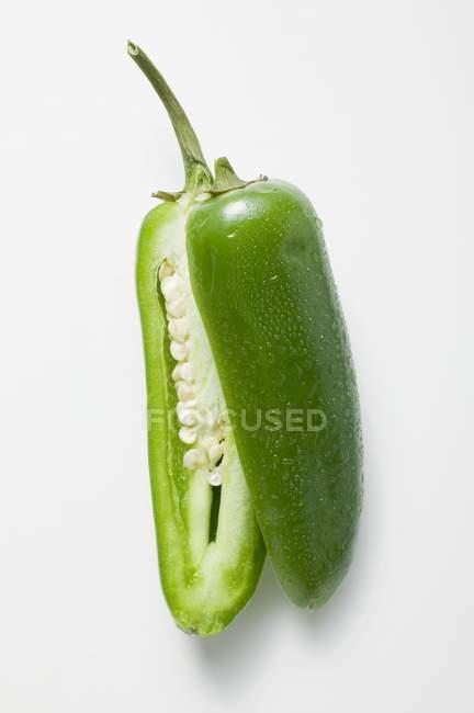 Peperoncino verde con gocce d'acqua — Foto stock