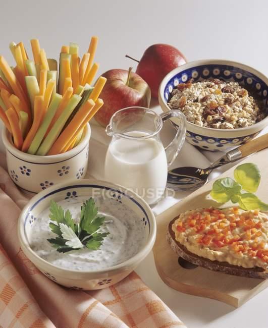 Мюсли и овощные палочки — стоковое фото