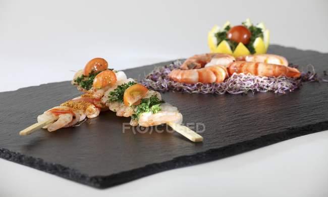 Kebabs aux crevettes et crevettes royales — Photo de stock