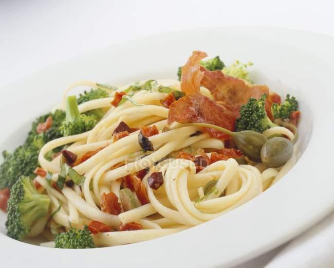 Linguine pasta with broccoli and ham — Stock Photo