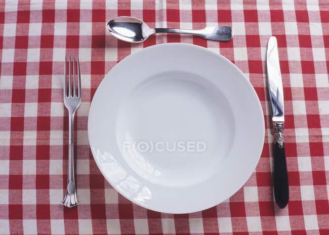 Placa, cuchillo, tenedor y cuchara - foto de stock