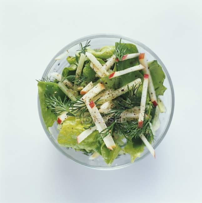 Salat in Glasschale — Stockfoto