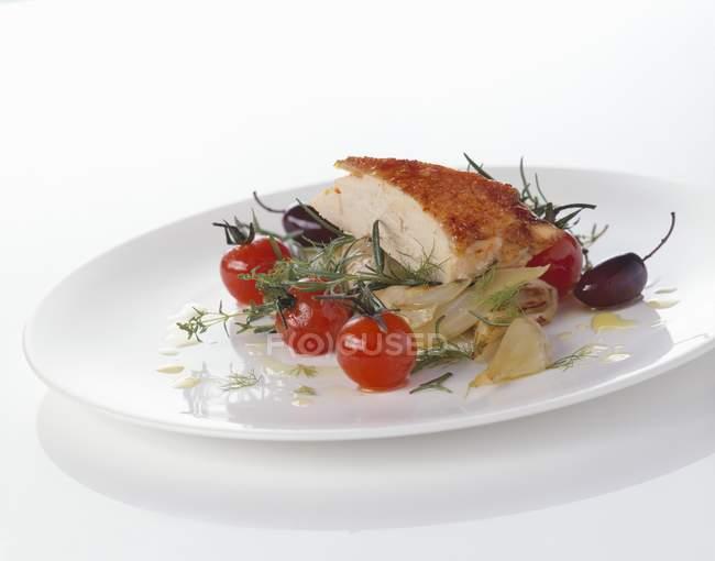Pechuga de pollo asada en hinojo y tomates - foto de stock