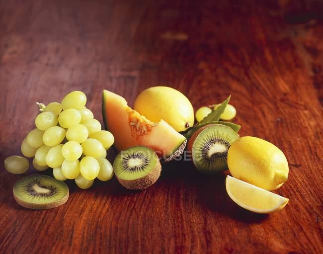 Frutas frescas em fundo de madeira — Fotografia de Stock
