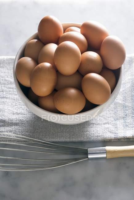 Bol d'œufs bruns — Photo de stock