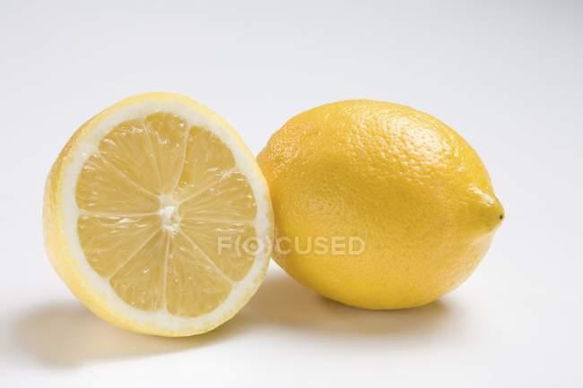 Frische Zitrone und die Hälfte — Stockfoto