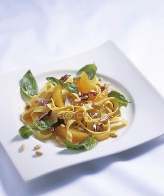 Insalata di pasta tagliatelle con arance — Foto stock