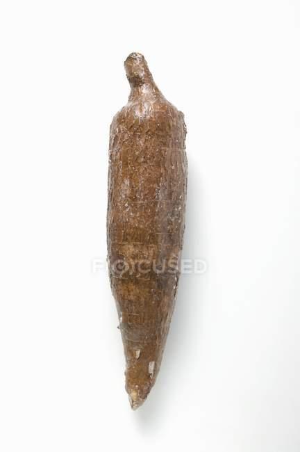 Маниока на белом фоне — стоковое фото