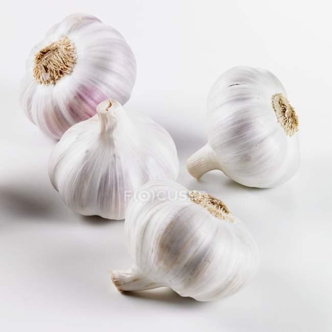 Четыре луковицы чеснока — стоковое фото