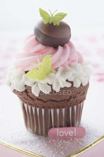 Cupcake for Valentines Day on chocolate box — Stock Photo
