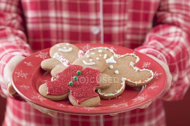 Gingerbread men on tray — Stock Photo
