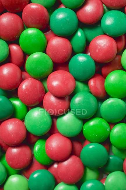 Primo piano vista di fagioli di cioccolato rosso e verde — Foto stock