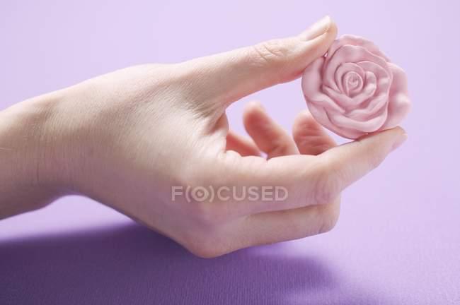 Vista close-up de rosa sabão rosa na mão feminina — Fotografia de Stock