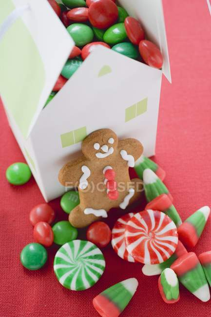 Gingerbread man on pink — Stock Photo