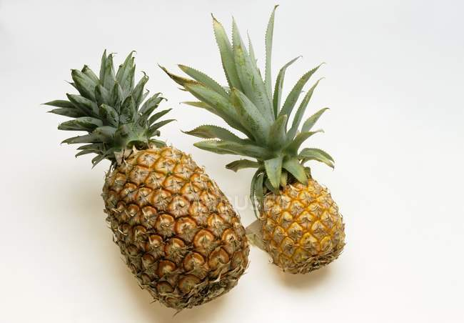 Two ripe pineapples — Stock Photo
