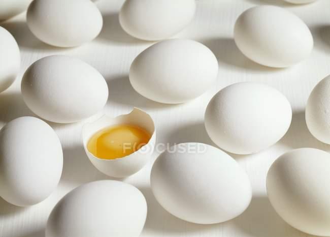 Huevos blancos crudos - foto de stock