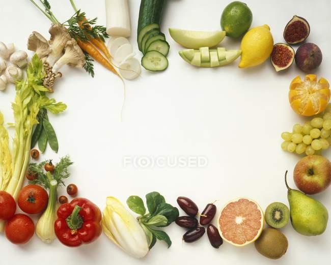 Овощи и фрукты на белом — стоковое фото
