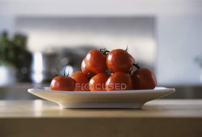 Rote Tomaten in Schale — Stockfoto
