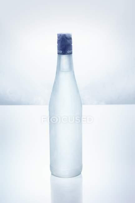 Closeup vista de Ouzo em garrafa gelada — Fotografia de Stock