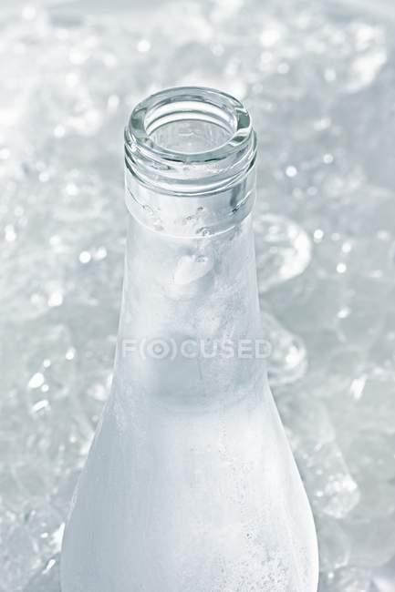 Vista de perto de Ouzo em garrafa gelada aberta — Fotografia de Stock