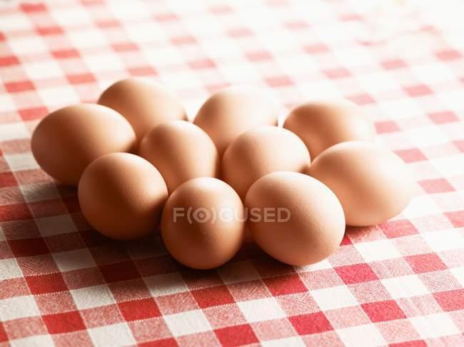 Ovos castanhos em pano — Fotografia de Stock