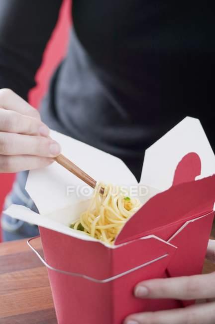 Piatto di noodle asiatici mangia donna — Foto stock
