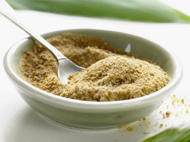 Closeup vista de cana-de-açúcar com a colher no prato — Fotografia de Stock