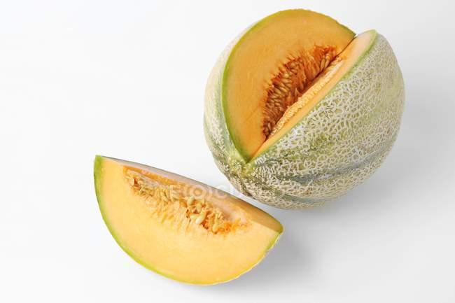 Melão cantaloupe com seção removida — Fotografia de Stock